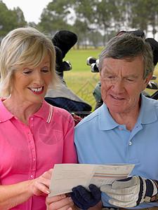 中老年人看高尔夫记分卡图片