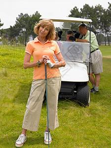 女生打高尔夫球图片