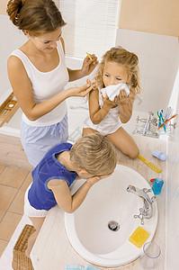 浴室里的家人图片