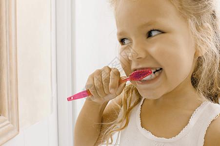 女孩刷牙图片