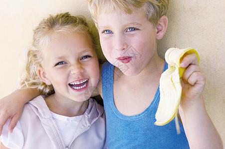 抱着妹妹吃香蕉的男孩图片