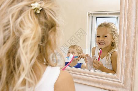 孩子们在刷牙图片