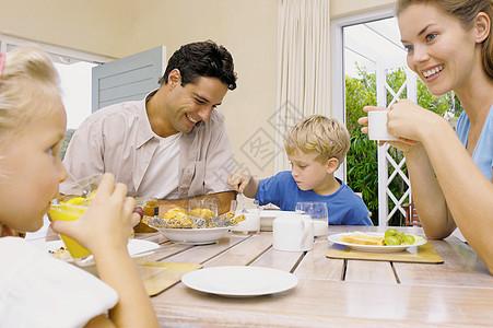 一家人一起早餐图片