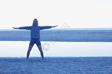 在沙滩上做瑜伽的女孩图片