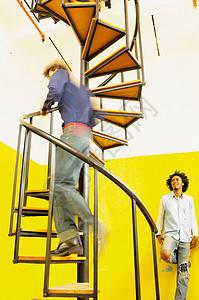 上螺旋楼梯的人图片