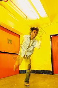 男人在房间里跳舞图片
