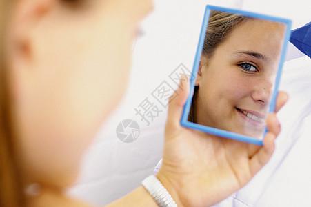 少女照镜子图片