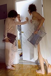 女卫生间门口等候图片