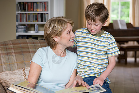 男孩和祖母看剪贴簿图片
