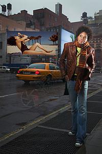 在街上做白日梦的女人图片