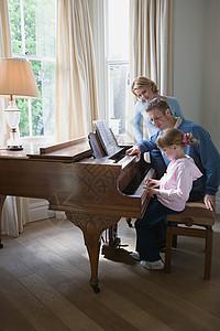 父母带着女儿弹钢琴图片