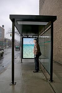 站在公共汽车候车亭里的人图片