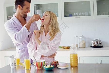 夫妻共享早餐图片