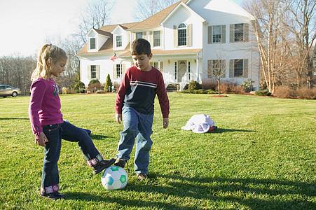 兄弟姐妹踢足球图片
