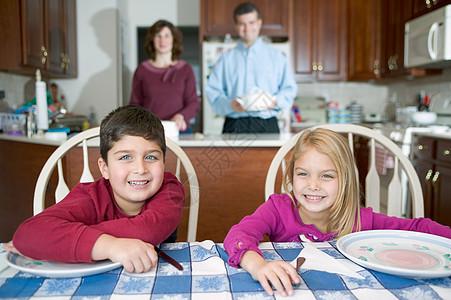 孩子们在等晚饭图片