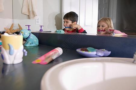 兄妹刷牙图片