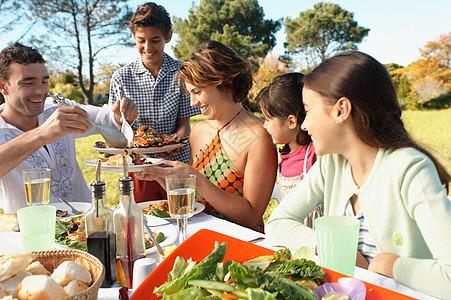 一家人在花园里吃饭图片