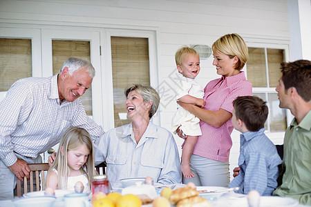 一个家庭的三代人一起吃饭图片