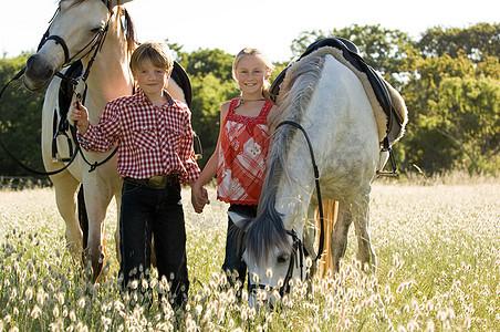 牵着马的男孩和女孩图片