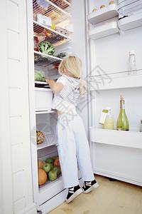 厨房里的女孩图片