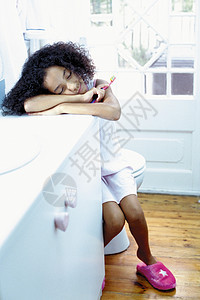 睡在浴室的女孩图片