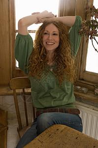坐在餐桌旁的女人图片