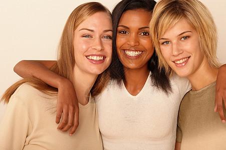 三位年轻女性图片