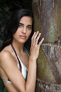 抱着树的年轻女孩图片