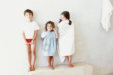 浴室里的孩子们图片
