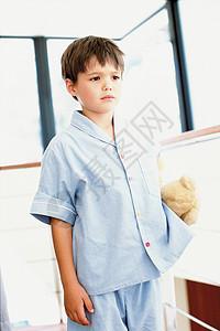 浴室里的男孩图片