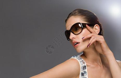 戴墨镜的女模特图片