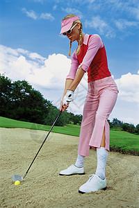 打高尔夫球的女人图片