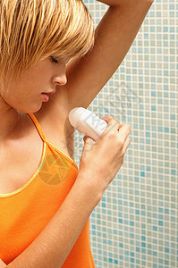 年轻女子使用除臭剂图片
