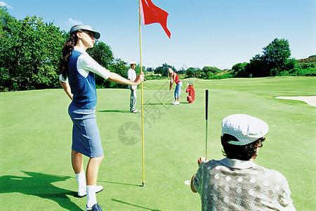 打高尔夫球的男女图片