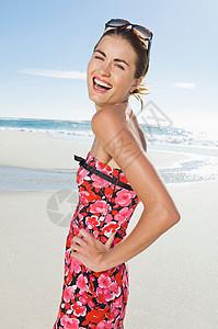 在海滩上微笑的女人图片