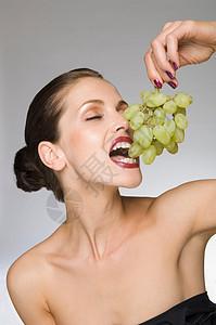 吃葡萄的美女图片