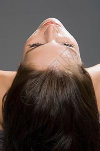 下巴上扬的女人图片