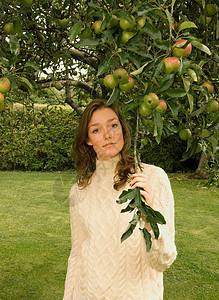 站在苹果树下的女人图片
