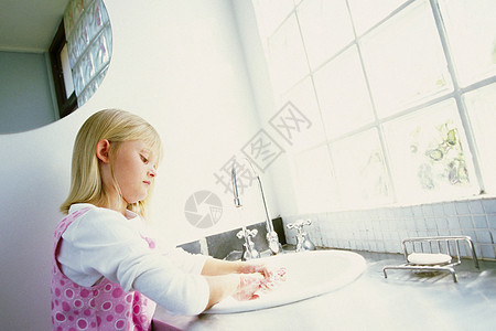 女孩在洗手图片