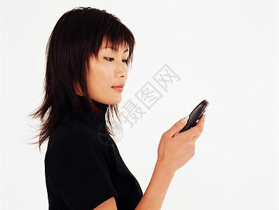 年轻女子在玩手机图片