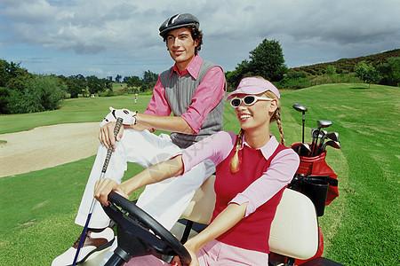 高尔夫俱乐部的情侣图片