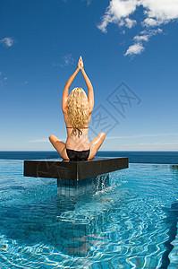 在平台上练习瑜伽的女人图片