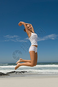 跳跃的女性图片