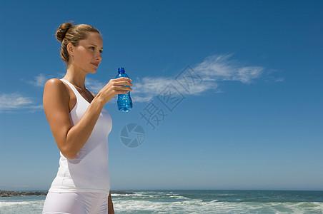 女性在喝水图片