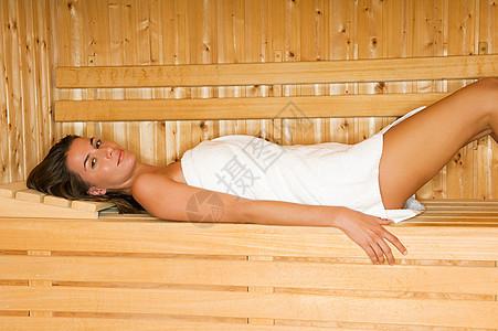 女人躺在桑拿房里图片