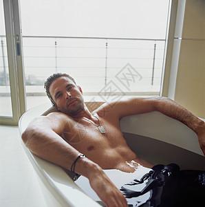 浴缸里的男人图片