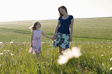 草地上的女人和孩子图片