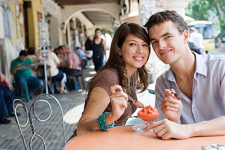 夫妇在吃甜点图片