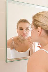 女人在镜检皮肤图片