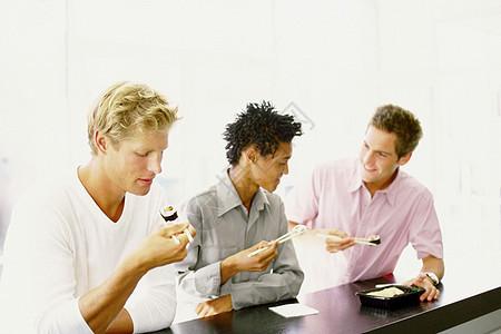 男人在寿司店吃饭图片